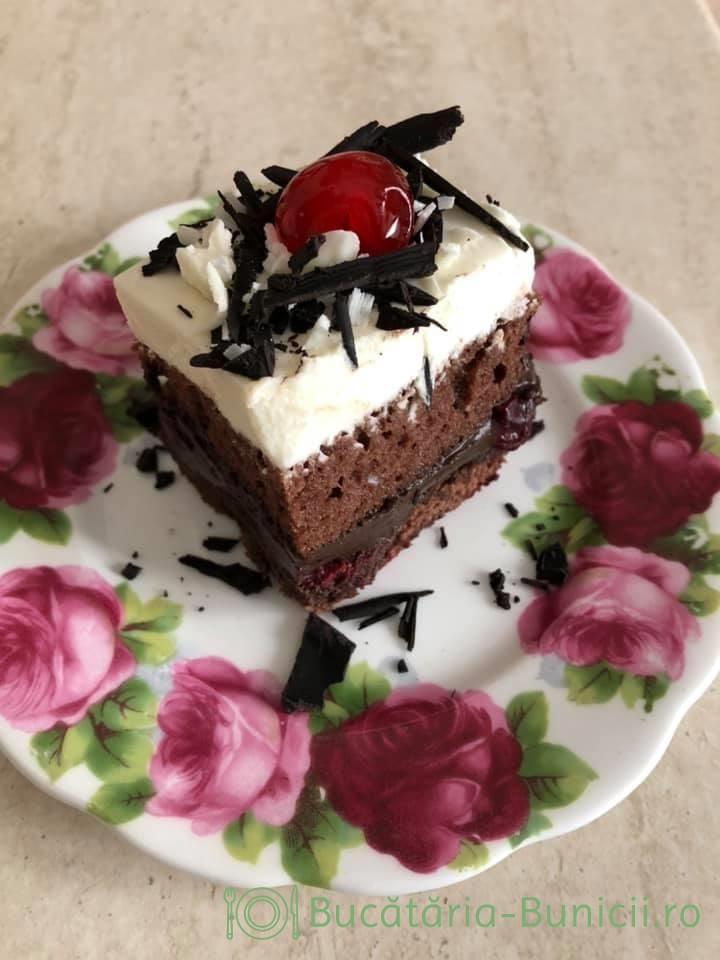 Prajitura cu visine,crema de ciocolata și frisca
