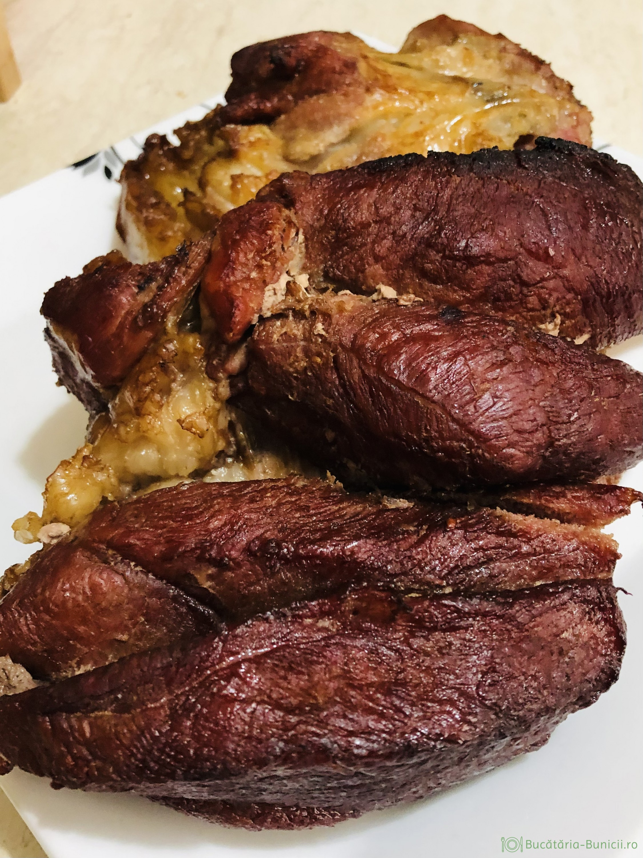Pulpa afumata de porc gatita la cuptor cu vin