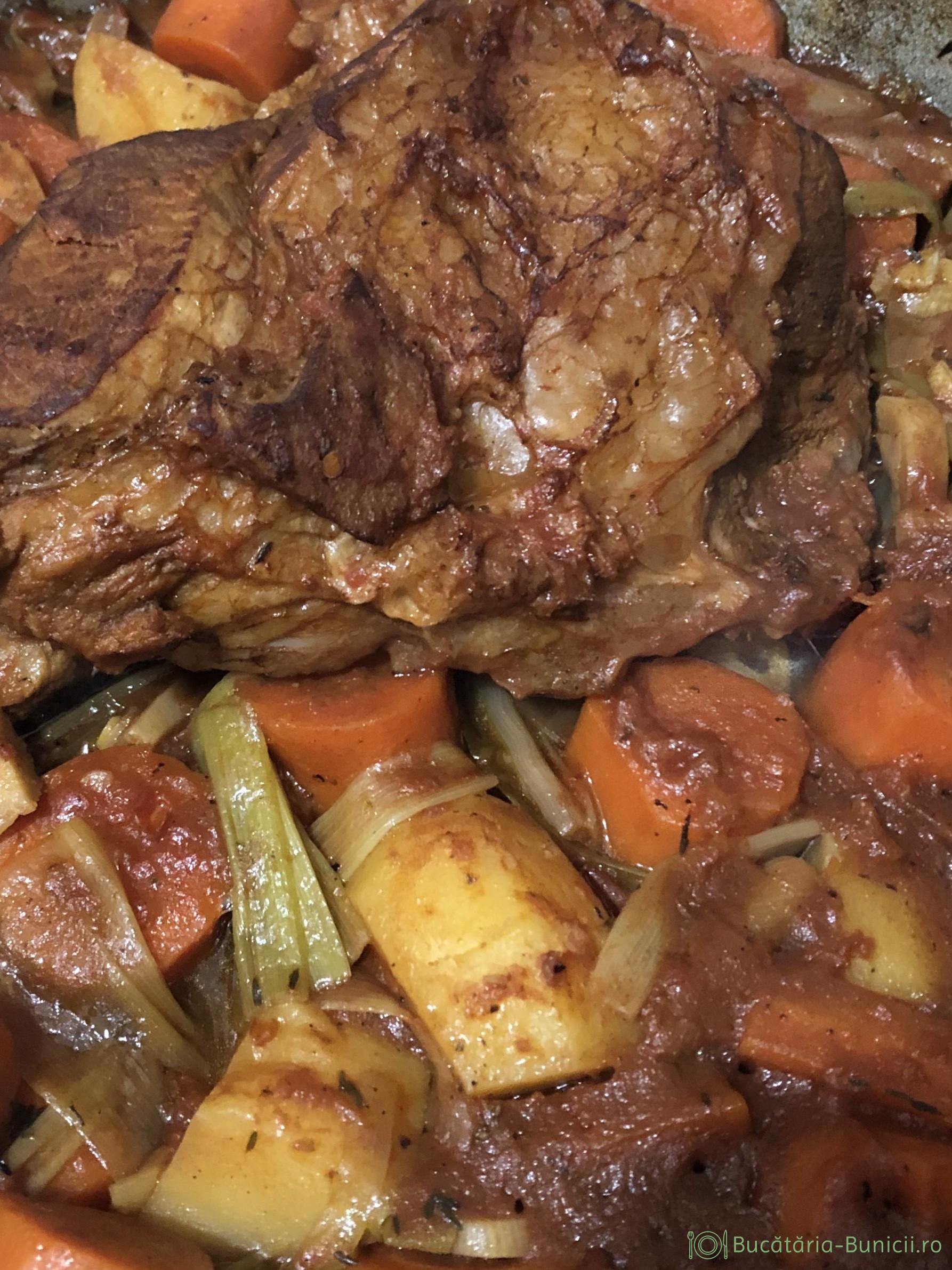 Pulpa de vita la cuptor cu legume și vin