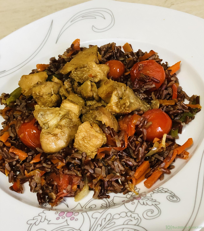 Piept de curcan cu legume și orez roșu