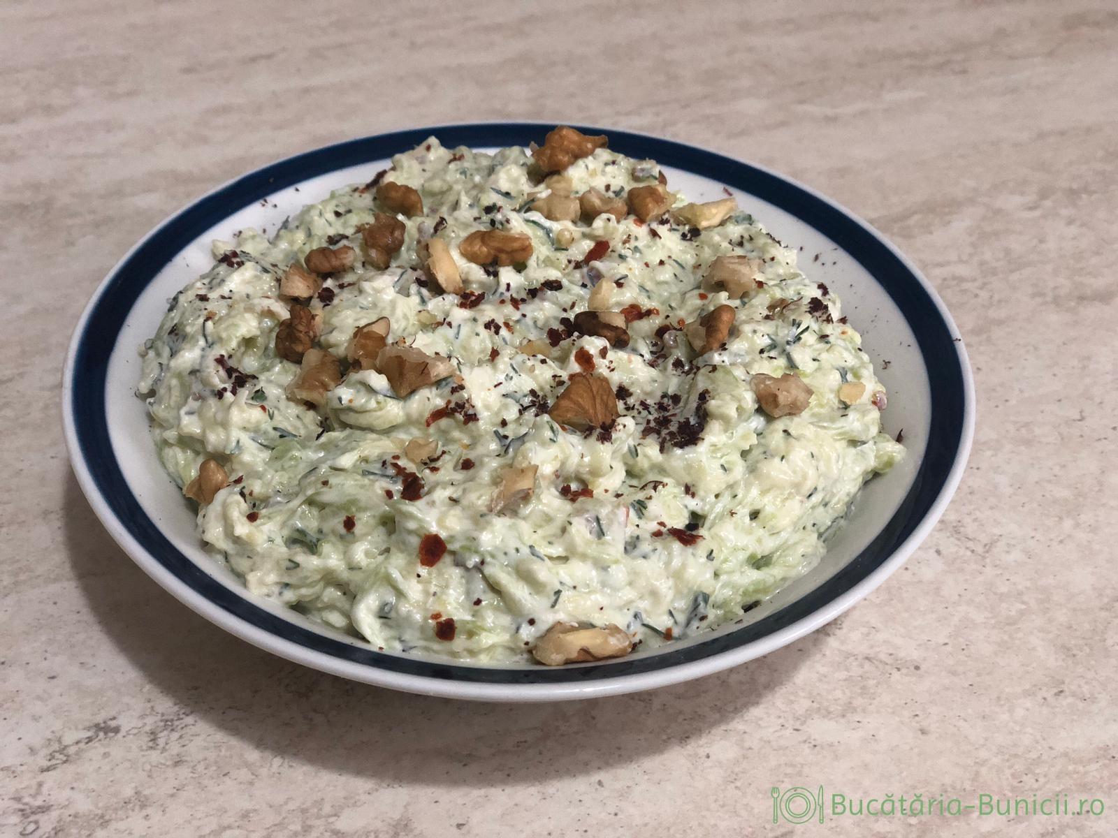 Salata turceasca de dovlecei cu iaurt și usturoi