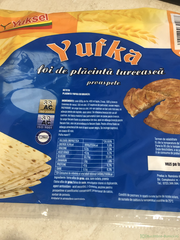 Placinta turcească cu foi din comerț și sos de smantana
