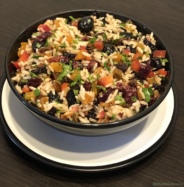 Salata de orez sălbatic și fructe uscate