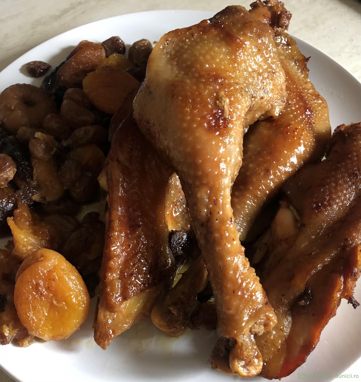 Carne de pasare și fructe uscate, gătite in punga pentru cuptor