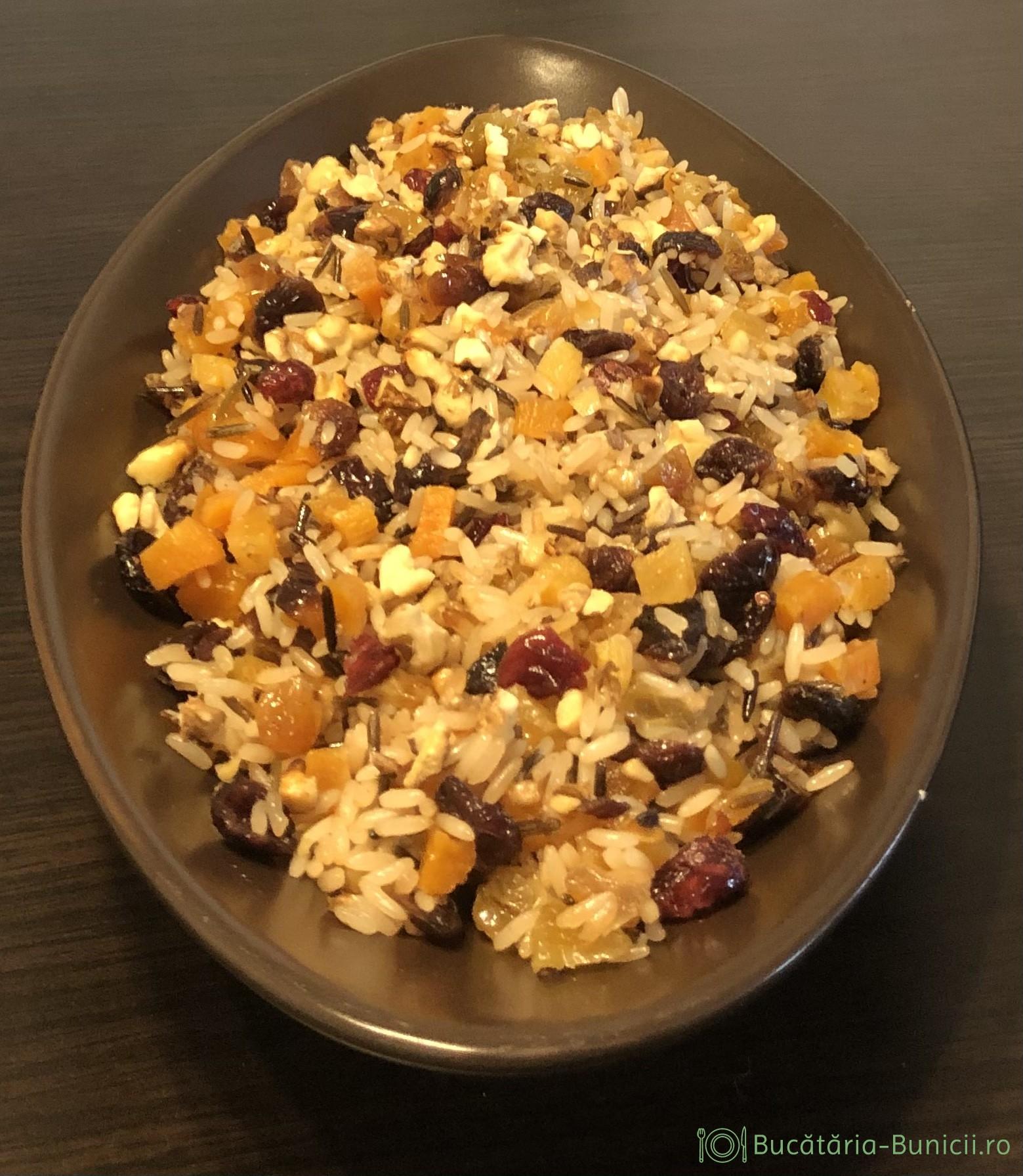 Salata de orez sălbatic,fructe uscate și nuci