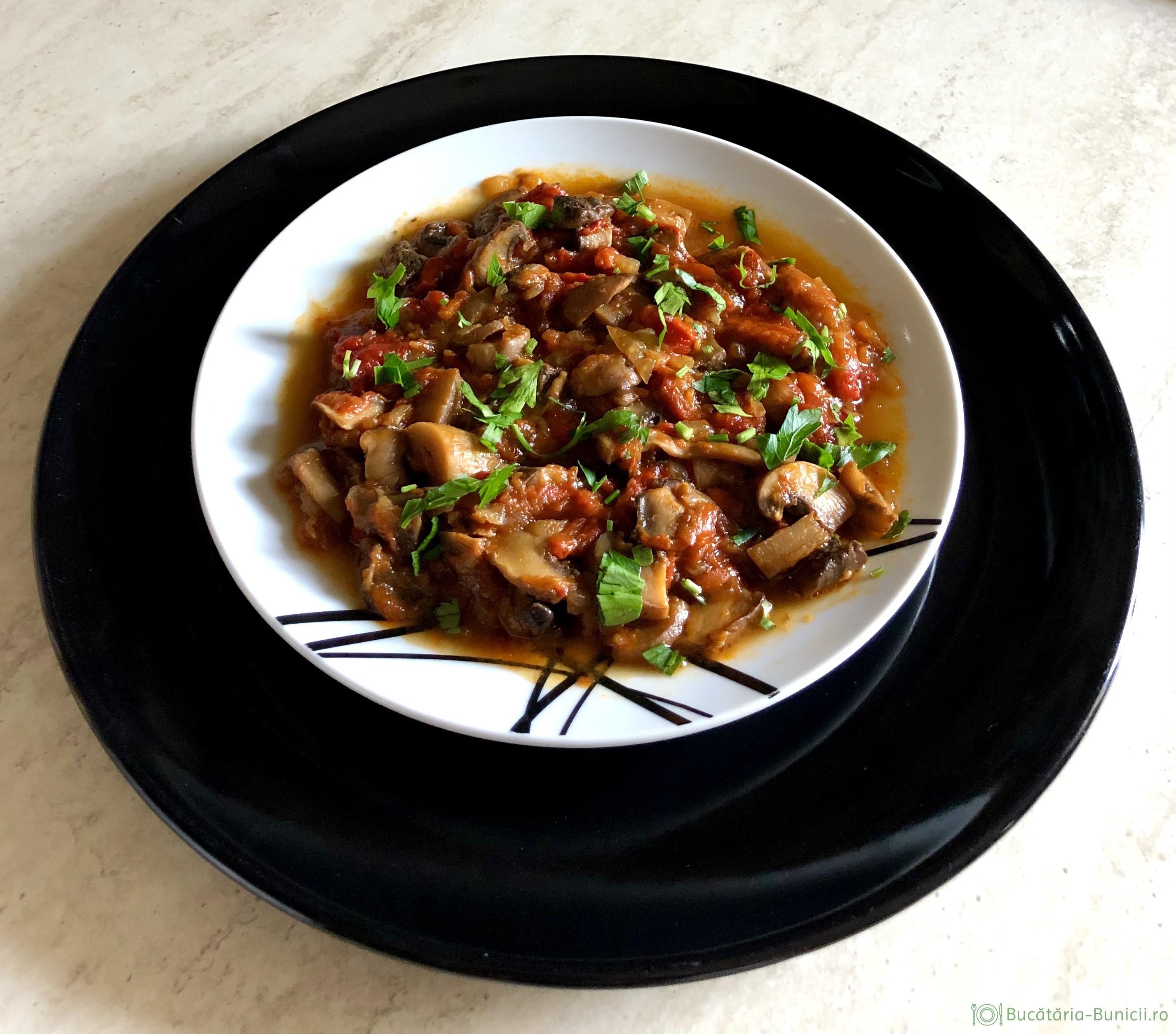 Mâncare de ciuperci și ardei kapia copți
